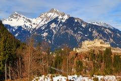 使阿尔卑斯环境美化看法有Highline 179桥梁和Ehrenberg废墟的 Reutte,蒂罗尔,奥地利 库存照片