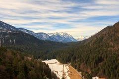使阿尔卑斯环境美化看法从Highline 179桥梁的 Reutte,蒂罗尔,奥地利 免版税库存图片