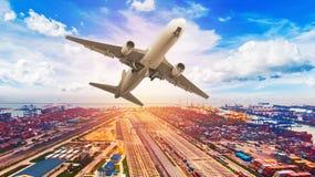 使集装箱船环境美化鸟瞰图在出口和进口公共汽车上 免版税图库摄影