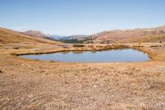 使雪加盖的山和池塘环境美化看法在独立通行证靠近亚斯本,科罗拉多 免版税库存照片