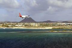 使飞机降落在阿鲁巴机场,加勒比 免版税库存图片