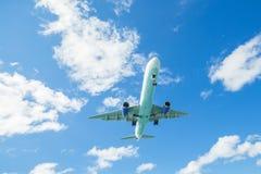 使飞机降落 免版税图库摄影