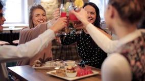使饮料叮当响的愉快的朋友在酒吧 影视素材