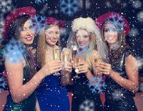 使香槟玻璃叮当响的可爱的朋友的综合图象在母鸡晚上 图库摄影