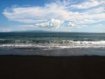 使黑色沙子靠岸 免版税图库摄影
