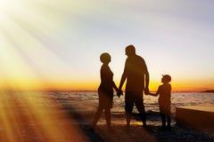 使系列四沙子热带假期空白年轻人靠岸 海上的日落 剪影 库存图片