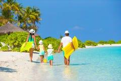 使系列四沙子热带假期空白年轻人靠岸 库存照片
