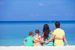 使系列四沙子热带假期空白年轻人靠岸 免版税库存照片