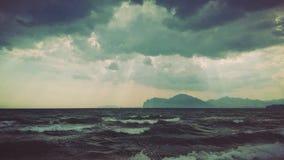 使离开的现有量海岛母亲靠岸儿子指定风暴的海运 免版税图库摄影