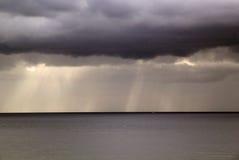 使离开的现有量海岛母亲靠岸儿子指定风暴的海运 免版税库存照片