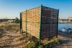 使从枝杈编织的改变的衣裳的小屋靠岸 库存图片