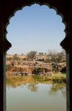 使从湖的被雕刻的窗口的看法环境美化 免版税库存照片