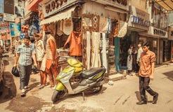 使购物的人们在市场印地安街道有很多商店 库存图片