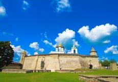 使dormition门圣洁修道院pechersky普斯克夫pskovo俄国冬天陷下 普斯克夫Krom或者普斯克夫克里姆林宫和三位一体大教堂 库存照片