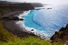 使el Bollullo黑棕色沙子和水色水靠岸 库存照片