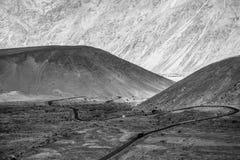 使Leh环境美化,拉达克惊人的山蛇纹石路  免版税库存照片