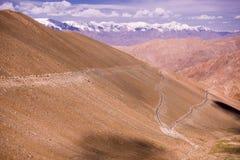 使Leh环境美化,拉达克惊人的山蛇纹石路  库存图片