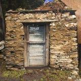 例如洗手间在喜马拉雅山在Pangboche 库存图片