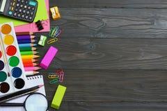 例证办公室学校用品向量 学校背景 色的铅笔、笔、痛苦、纸学校的和学生教育 免版税图库摄影