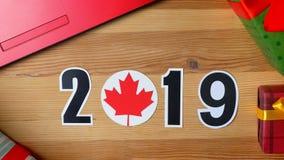 例证,新年,男性手在加拿大旗子,国家球上把桌放, 2019年 股票视频