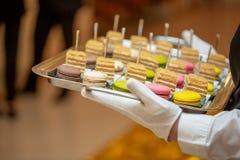 侍者供食蛋白杏仁饼干一个昂贵的点心  蛋白杏仁饼干在餐馆 免版税库存图片