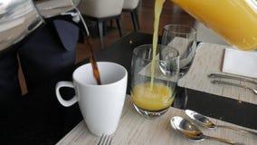 侍者倒咖啡和汁液 影视素材