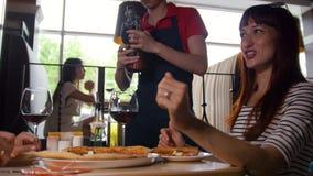 侍者倒年轻夫妇的酒在咖啡馆 影视素材