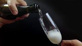 侍者倒香槟入玻璃,超级慢动作240 fps hd录影 股票录像