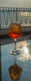 侍者准备了与Aperol, p的Aperol Sprits夏天鸡尾酒 库存图片