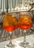 侍者准备了与Aperol, p的Aperol Sprits夏天鸡尾酒 免版税库存照片
