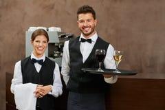 侍者和女服务员服务饮料 库存照片
