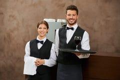 侍者和斟酒服务员服务酒 免版税库存图片