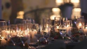 侍者在餐馆倒在葡萄酒杯的香槟,侍者倒在水晶玻璃的香槟,餐馆内部,抛光 股票视频