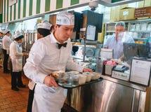 侍者在Cafe Du Monde新奥尔良 免版税库存图片