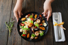 侍者大盘子用温暖的海鲜沙拉 库存图片