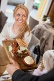 侍者对女性顾客的服务食物 免版税库存图片
