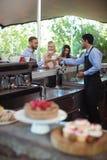 侍者对顾客的服务咖啡柜台的 库存图片