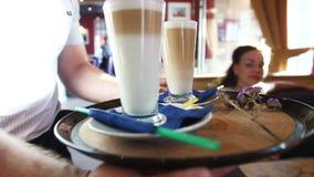 侍者带来咖啡预定到桌 影视素材