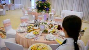 侍者投入了食物对服务的桌 股票视频