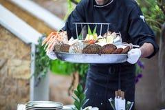 侍者服务新鲜的海鲜盛肉盘 库存照片