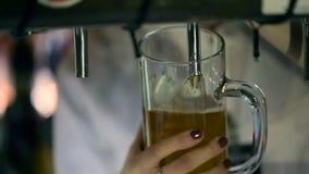 侍酒者倾吐的桶装啤酒在客栈 股票录像