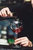 侍酒者倾吐的藤到玻璃里详细 免版税库存图片