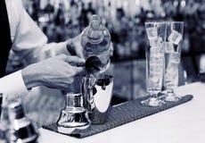 侍酒者做一个鸡尾酒 库存照片