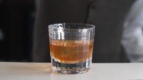 侍酒者加樱桃到酒精饮料在酒吧,做在酒吧的鸡尾酒,酒精饮料,鸡尾酒 影视素材