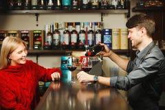 侍酒者用红葡萄酒填满两块玻璃从瓶 库存图片