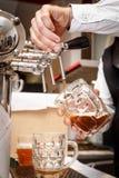 侍酒者递倒草稿工艺啤酒入杯子 库存照片
