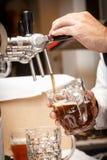 侍酒者递倒草稿工艺啤酒入杯子 免版税库存图片