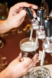 侍酒者递倒草稿工艺啤酒入杯子 免版税库存照片