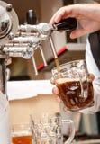 侍酒者递倒草稿工艺啤酒入杯子 图库摄影