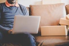 供以人员上瘾对网上购物,有很多被交付的箱子 库存照片